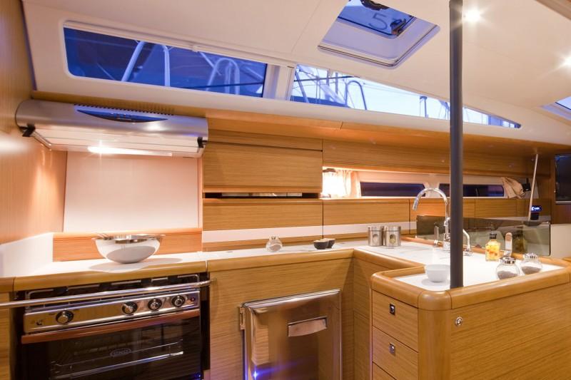 www.sailmarine.com jeanneau-53-inside2